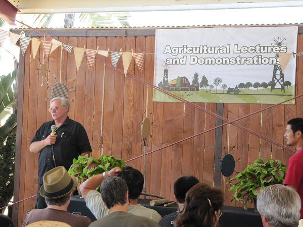 Experts gave agricultural lectures and demonstrations.